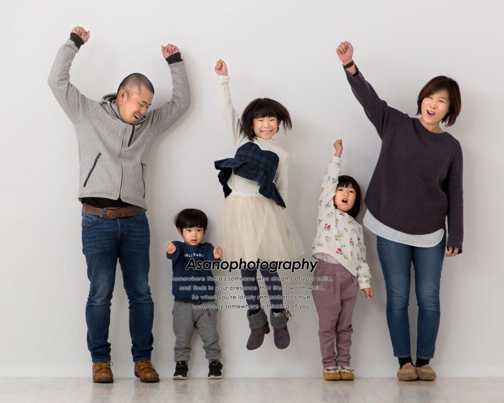 家族写真は自由なポーズで楽しく撮っちゃおう!